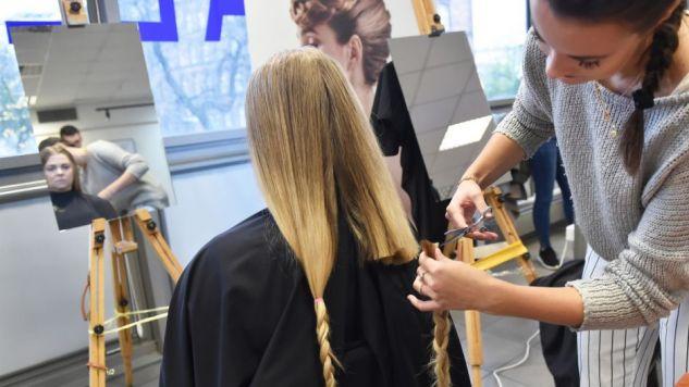 Studentki obcinają włosy w ramach akcji