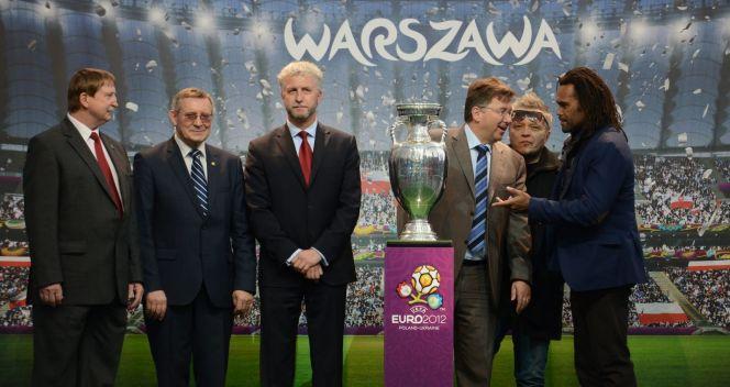 Przy trofeum Andrzej Szarmach, Adam Olkowicz, Jacek Wojciechowicz, Martin Kallen, Muniek Staszczyk (fot. PAP/Bartłomiej Zborowsk