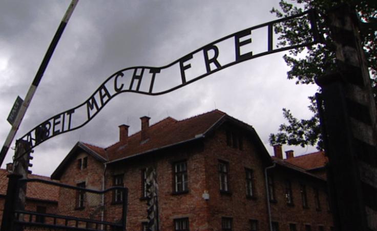 Oskarżeni pod historyczną bramą główną byłego niemieckiego obozu rozebrali się do naga i próbowali skuć ze sobą kajdankami