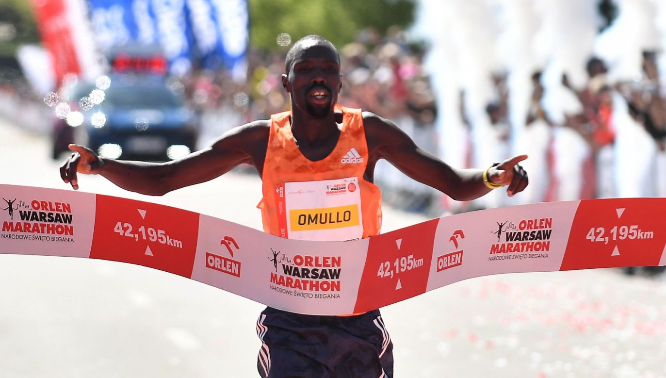 Zwycięzca Ezekiel Omullo na mecie Orlen Warsaw Marathon (fot. PAP/Bartłomiej Zborowski)