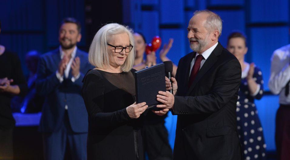 A na koniec gali uroczyste wręczenie specjalnej nagrody. Grand Prix 52. KFPP w Opolu dla Magdy Umer (fot. I. Sobieszczuk/TVP)