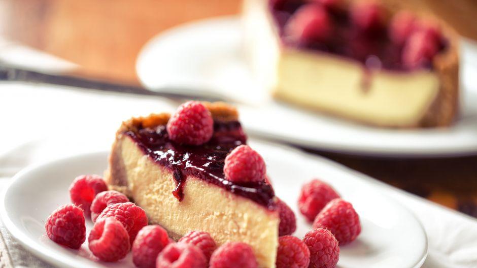 Maliny w mistrzowski sposób przełamują słodycz sernika (fot. Shutterstock)