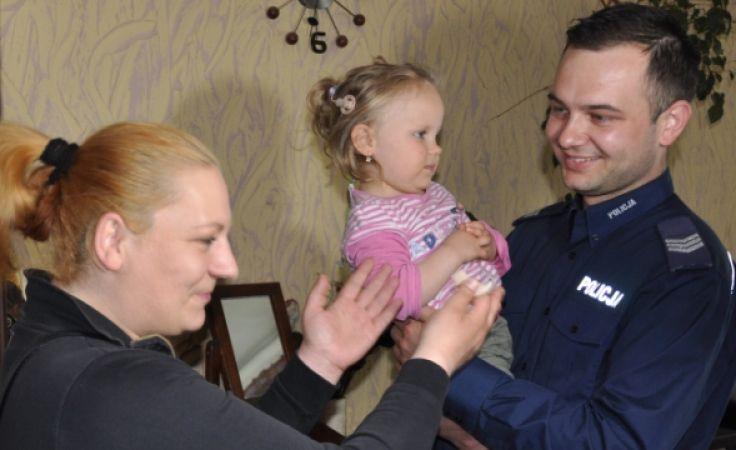 Policjanci przekazali matce Emilki odzyskany aparat. (fot. KMP Olsztyn).
