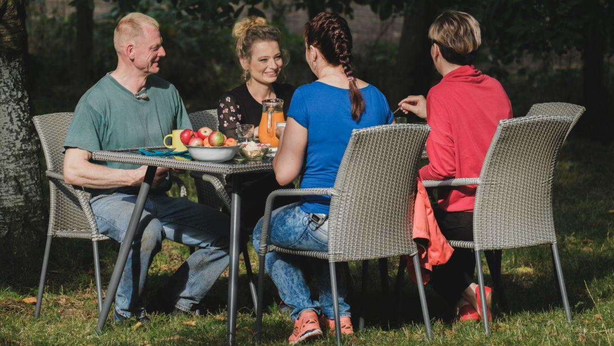 Poranne wstawanie ma swoje plusy, np. pyszne śniadanie na świeżym powietrzu... (fot. TVP)