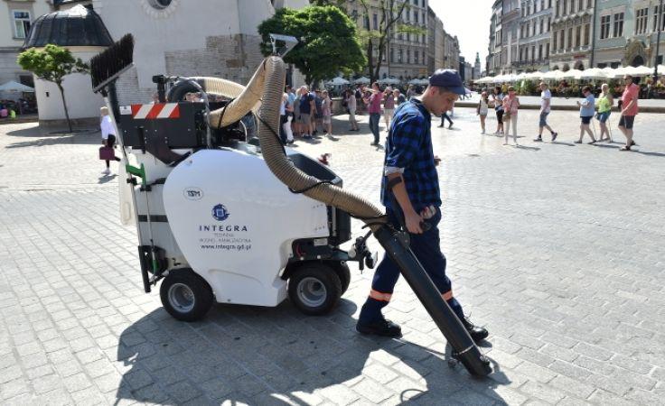 Dwa odkurzacze będą pracowały na razie tylko w rejonie Rynku Głównego (fot. PAP/Jacek Bednarczyk)
