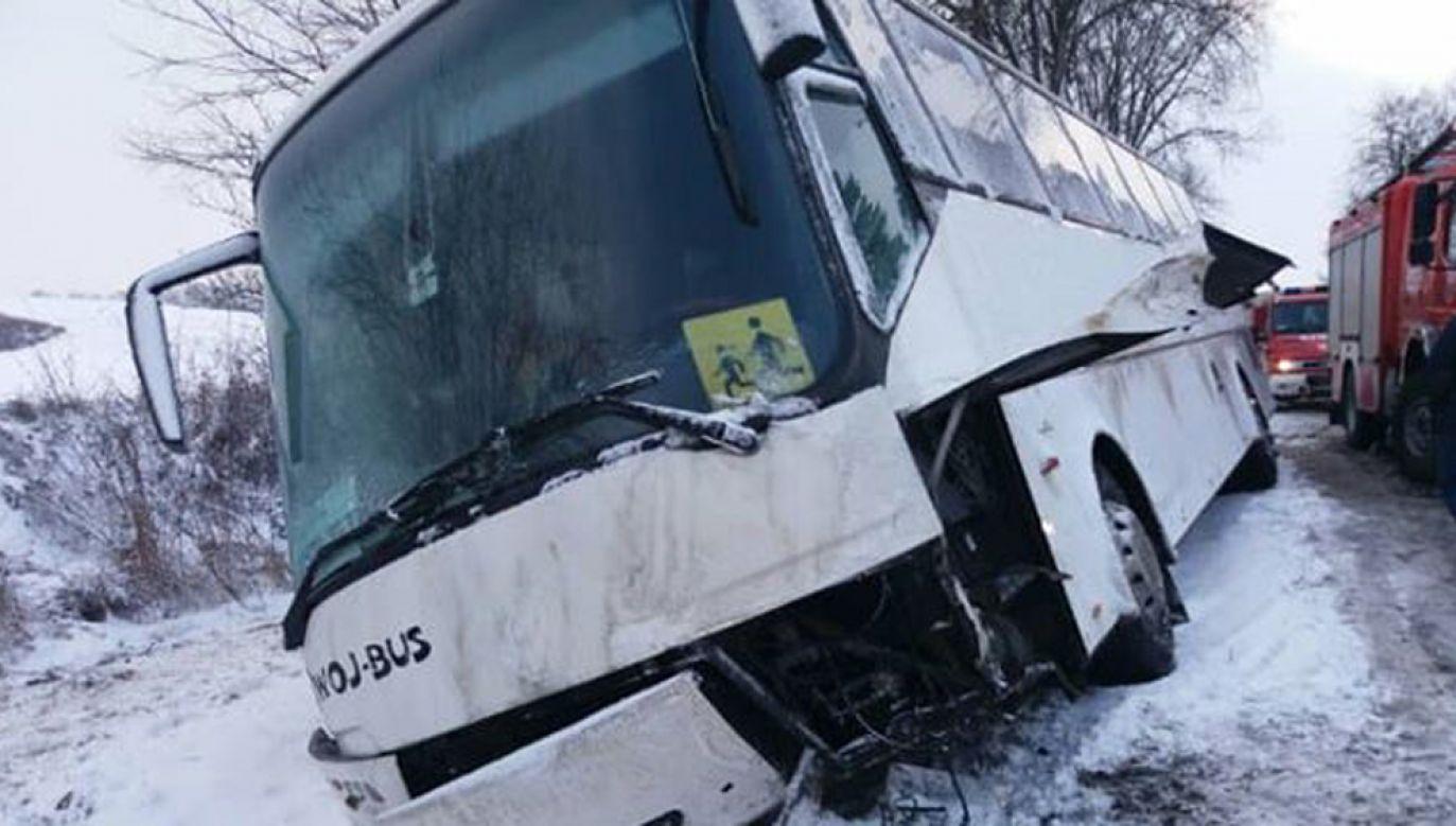 Kierowca autokaru z dzećmi, chcąc uniknąć zderzenia, zjechał do rowu (fot. Weronika Kurowska)