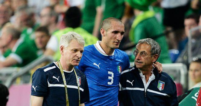 Z powodu urazu piłkarz Juventusu Turyn w 57. minucie musiał opuścić boisko (fot. Getty Images)