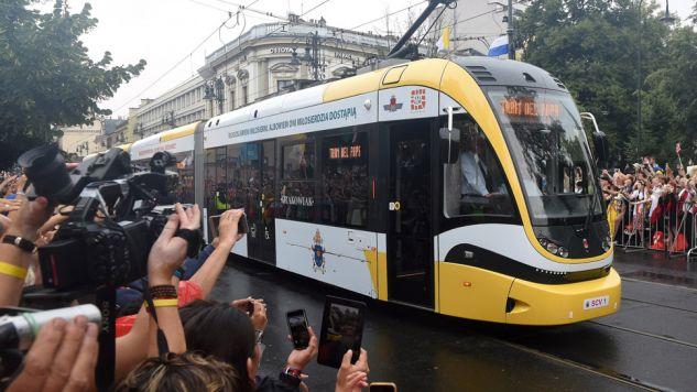 Papieski tramwaj na ulicach Krakowa (fot. PAP/Radek Pietruszka)