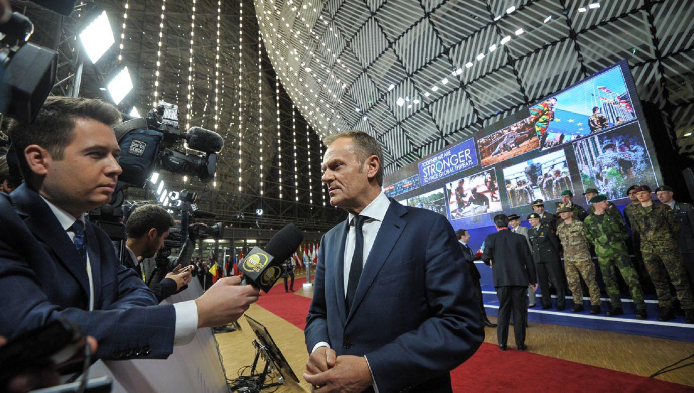 Donald Tusk relacjonował dziennikarzom spotkanie z premierem Morawieckim podczas szczytu UE w Brukseli (fot.  PAP/Marcin Obara)