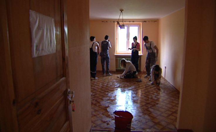 Młodzi wolontariusze remontują ośrodek w Pszczynie.