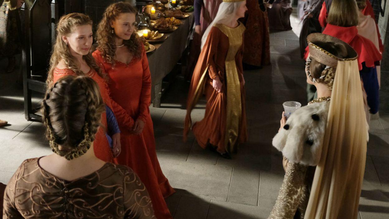 – Ona nie może tu zostać. Jolenta to bękart mojego ojca – królewna podczas uczty chce pozbyć się Jolenty z Wawelu i skłócić ją z królową (fot. TVP)