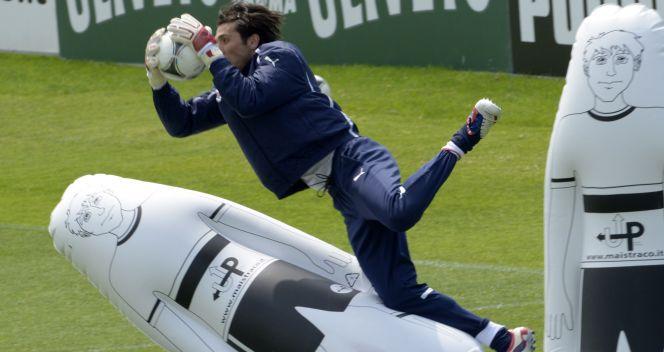 Bramkarz reprezentacji Włoch na jednym z treningów (fot. Getty Images)