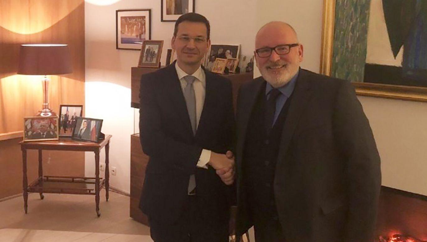Premier Morawiecki rozmawiał w Brukseli z wiceprzewodniczącym KE Fransem Timmermansem (fot. tt/@TVPInfo)