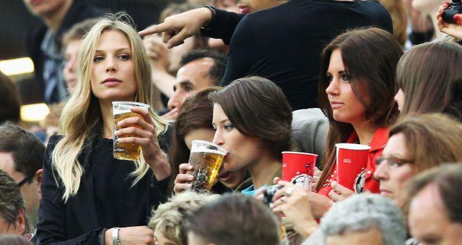 Na trybunach nie zabrakło również towarzyszek piłkarzy. Na zdjęciu Sarah Brandner partnerka Bastiana Schweinsteigera (fot. Getty