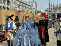 Huczny koniec włoskiego karnawału. Tłumy w Wenecji i w Ivrei