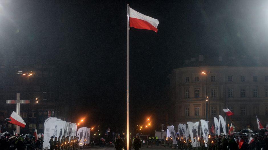 Przed Grobem Nieznanego Żołnierza podniesiono biało-czerwoną flagę. Od tej chwili będzie ona umieszczona tam na stałe/PAP/Bartłomiej Zborowski