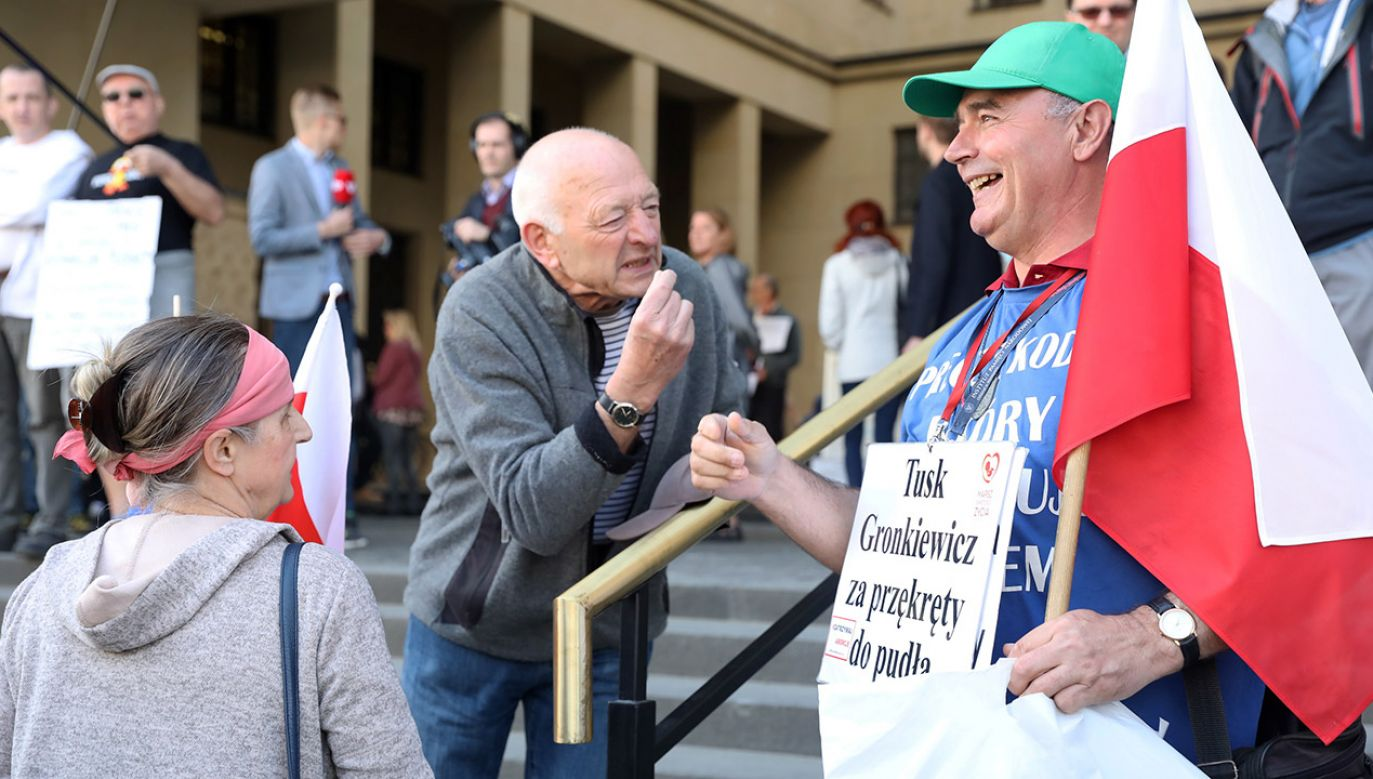 Sympatycy i przeciwnicy Donalda Tuska dyskutują przed sądem okręgowym w Warszawie (fot. PAP/Tomasz Gzell)