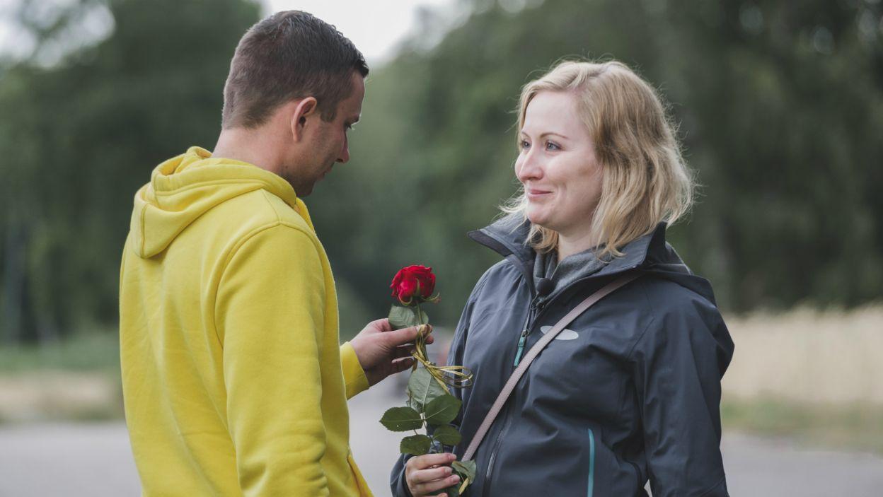 Kandydatki na żony często musiały przebyć długą drogę, by spotkać się z rolnikami. Panowie postarali się, by je miło powitać (fot. TVP)