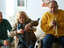 Kobieta nie przejmuje się nastrojami domowników i zawiera nowe znajomości (fot. TVP)