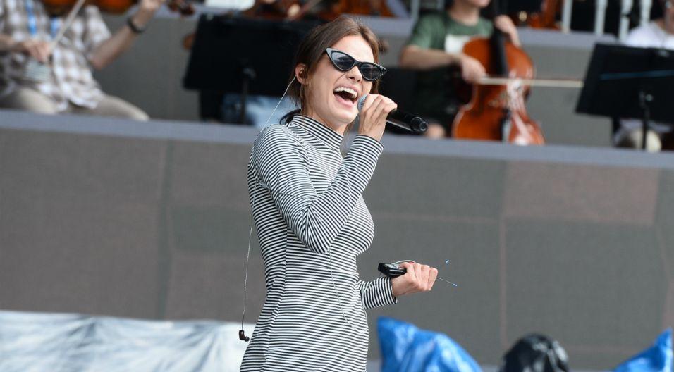 """Natalia Szroeder zaśpiewa w koncercie """"Od Opola do Opola"""" piosenkę """"Parasole"""" (fot. Jan Bogacz/TVP)"""
