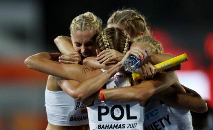 Iga Baumgart (z lewej) celebruje z koleżankami zdobycie srebra (fot. Getty Images)