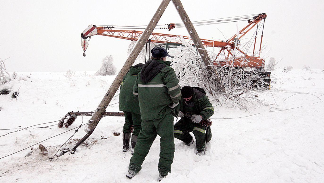 Trwa akcja usuwania skutków obfitych opadów śniegu (fot. arch.PAP/Waldemar Deska)