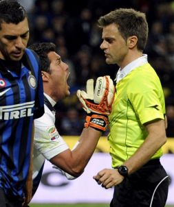Nicola Rizzoli podczas meczu Serie A (fot. Getty Images)