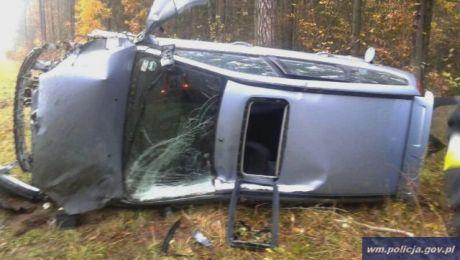 Funkcjonariusze wyciągnęli przez szyberdach pojazdu dwie kobiety, które miały wypadek pod Szczytnem (fot. KWP Olsztyn)