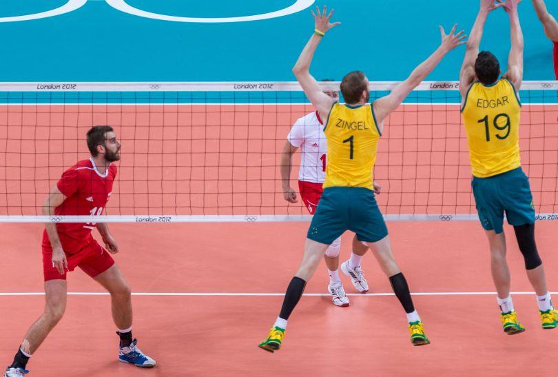 Bartosz Kurek atakuje po bloku Australijczyków (fot. PAP/Adam Ciereszko)