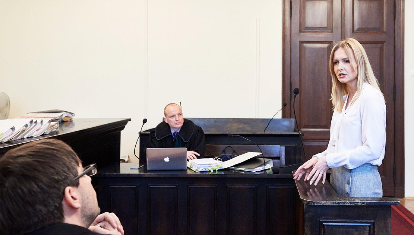 Pokrzywdzona Natalia Nitek (C) odpowiada na pytania prokuratora Mariusza Skwierawskiego (L) podczas rozprawy w procesie niemieckiego przedsiębiorcy Hansa G., oskarżonego o znieważenie pięciu pracowników swojej firmy (fot.  PAP/Adam Warżawa)