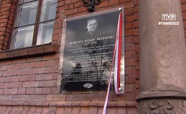 Pamiątkowa tablica Mariana Rejewskiego zawisła na ścianie ZSO nr1