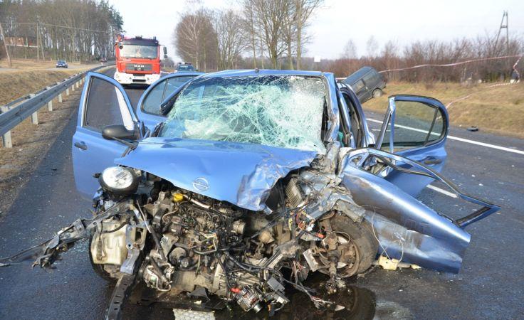 Wskutek obrażeń zmarła pasażerka tego nissana (fot. KPP Lipno)