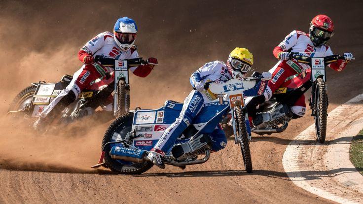 Tai Woffinden (kask czerwony) i Max Fricke (niebieski) oraz Jarosław Hampel (żółty) (fot. PAP)