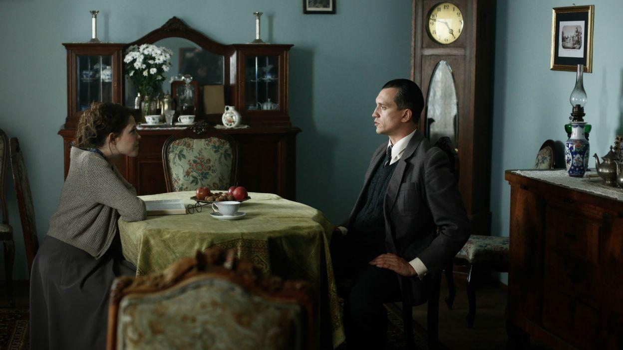 Gdy Ewka nie wraca do domu, mężczyzna udaje się do rodzinnego domu, by porozmawiać z siostrą (fot. TVP)