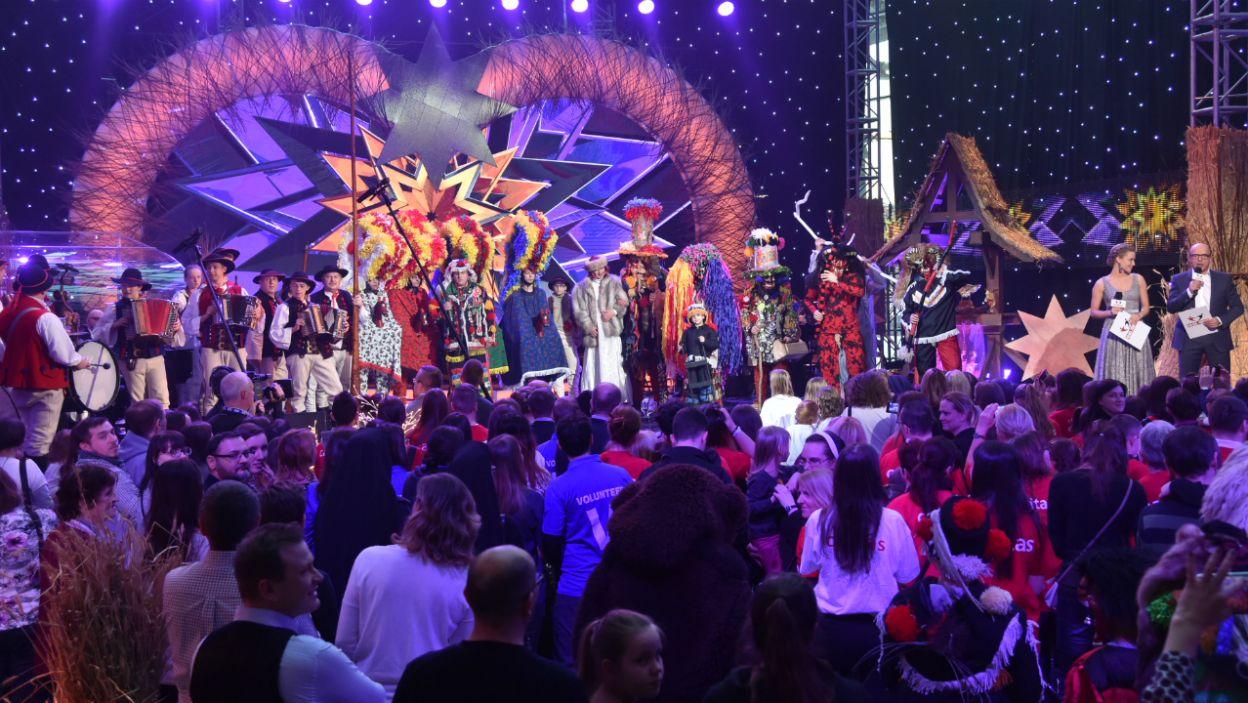 Na scenie obok kolędników gwiazdy, a wśród nich... (fot. I. Sobieszczuk/TVP)