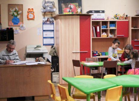 Nauczyciele pilnują dzieci w czasie ferii