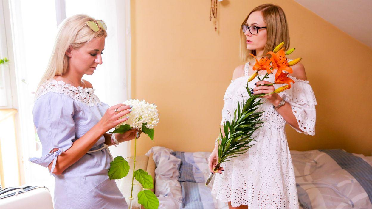 Jednak szybko się zrekompensował zostawiając im na łóżkach piękne kwiaty (fot. TVP)