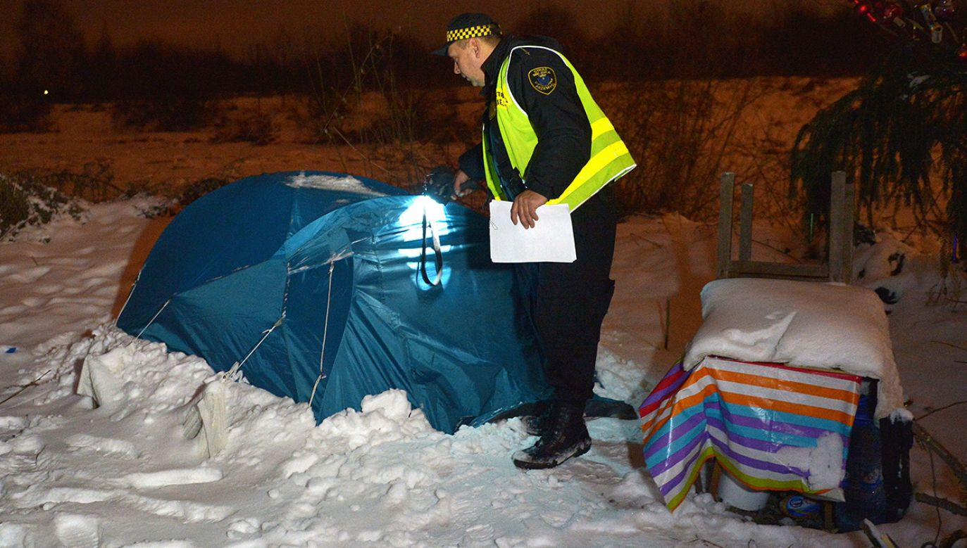 Straż Miejska patroluje miejsca, gdzie mogą przebywać osoby bezdomne (fot. arch. PAP/Darek Delmanowicz)