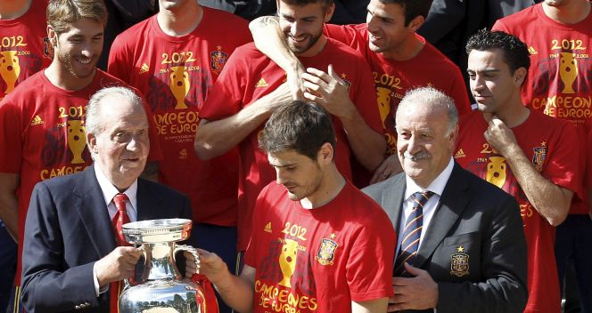 Król Juan Carlos z kapitanem i trenerem reprezentacji Hiszpanii (fot. PAP/EPA)