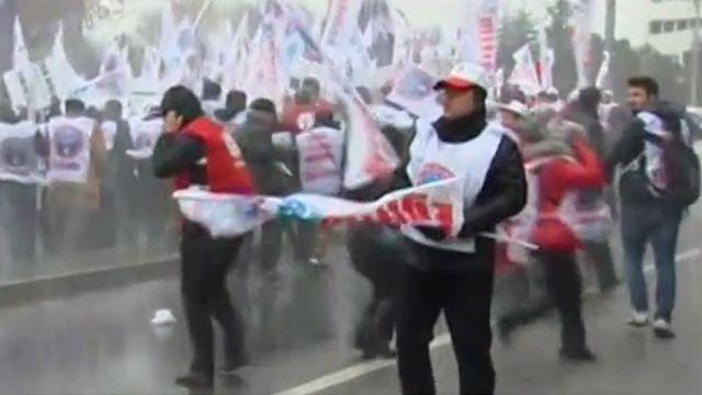 """Nauczyciele powiedzieli """"nie"""" islamizacji oświaty w Turcji. 150 trafiło do aresztu"""