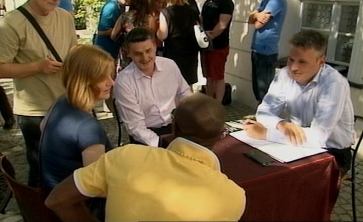 Porozmawiaj z prezydentem przy stoliku na deptaku