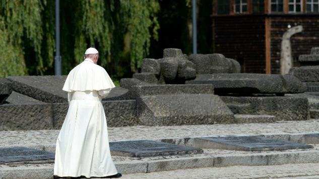 Papież Franciszek w byłym nazistowskim obozie koncentracyjnym Auschwitz (fot. PAP/Darek Delmanowicz)