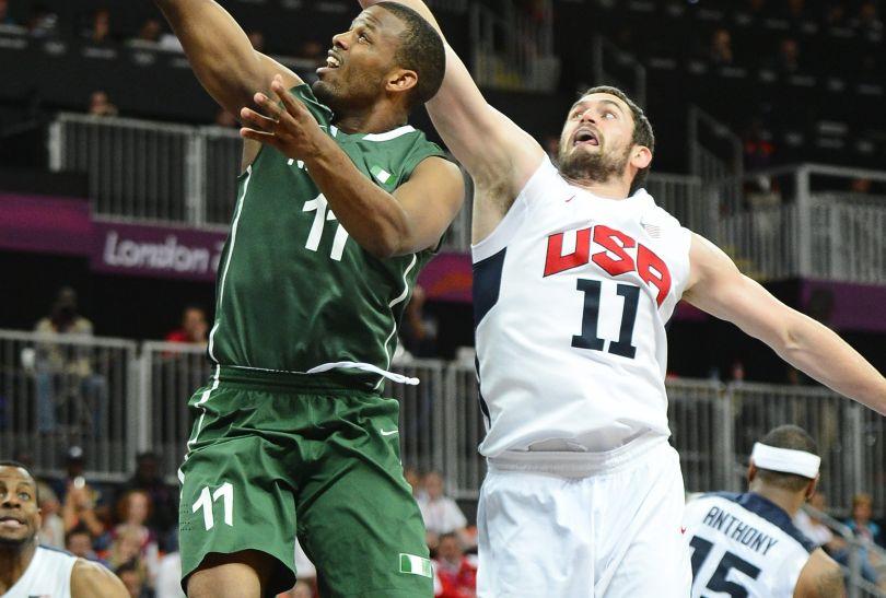 Kevin Love próbuje zablokować rzut Nigeryjczyka Richarda Oruche (fot. PAP/EPA/Larry W. Smith)