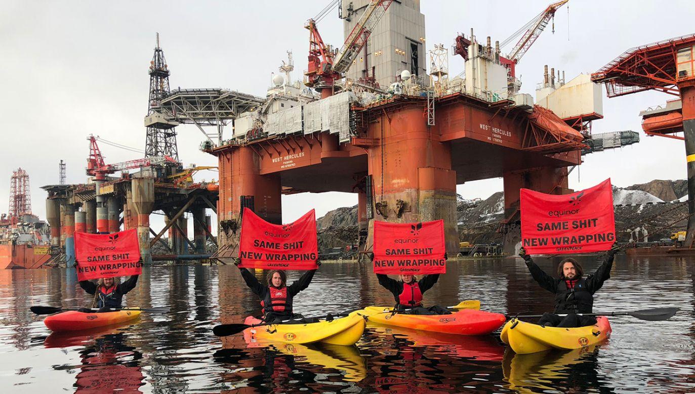 """Na pokładzie platformy znajduje się dwóch działaczy, a dziesięciu jest na wodzie w kajakach, aby """"mieć pewność, że platforma nie opuści portu""""(fot. Materiały prasowe)"""