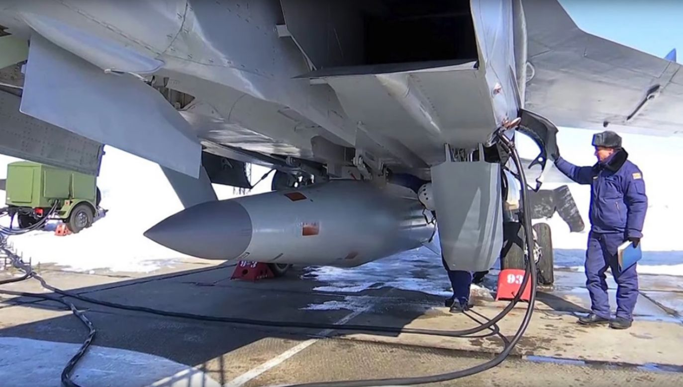 """Rakieta hipersoniczna """"Kindżał"""" zamontowana do myśliwca MiG-31 (fot. yt/Defense Updates)"""