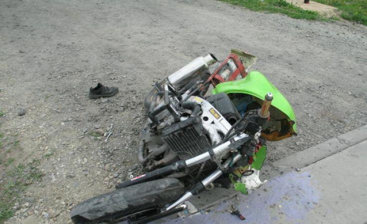 Rozbity jednoślad na przejeździe kolejowym w Pływaczewie (fot. KPP Wąbrzeźno)