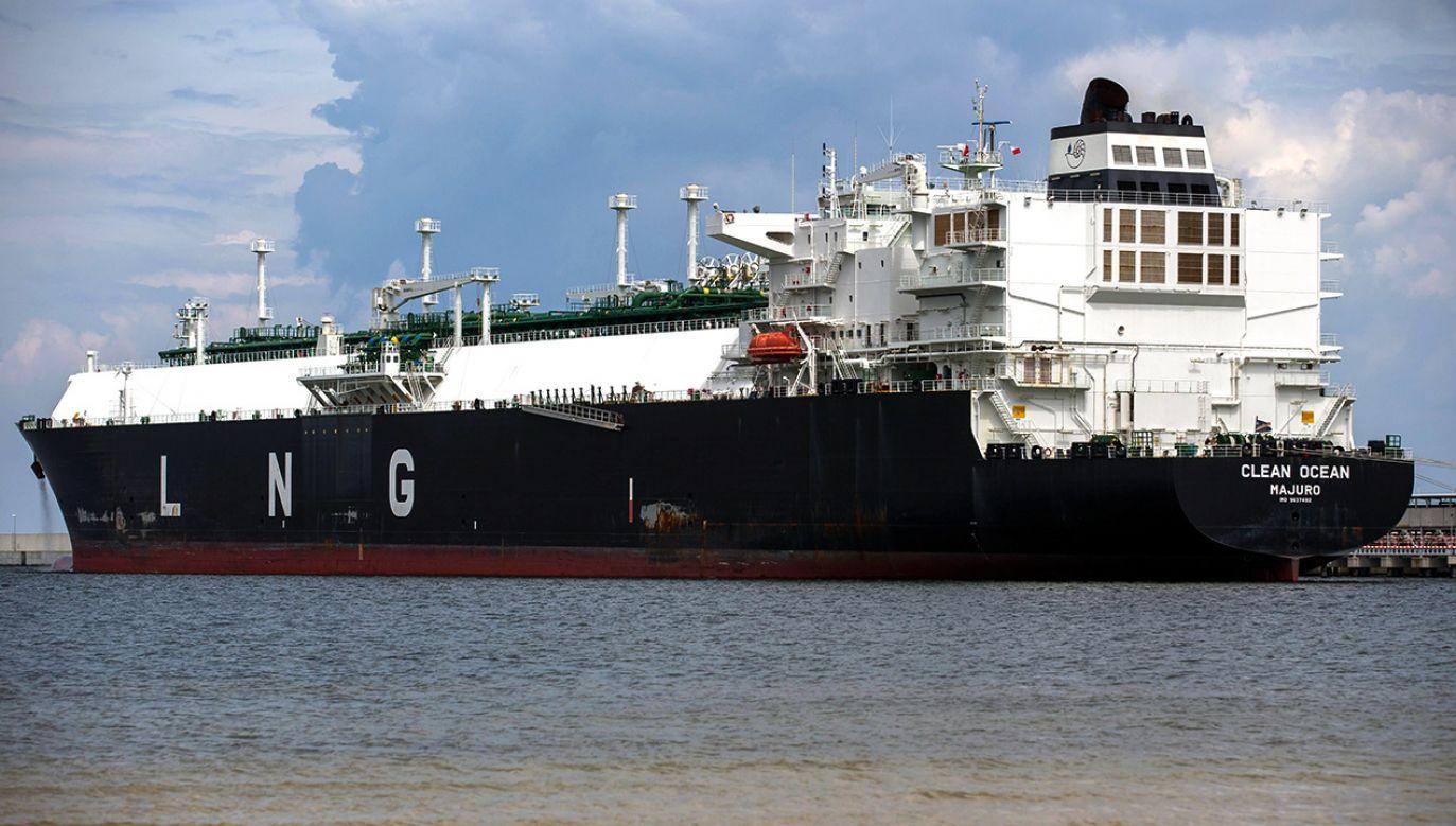Gazowiec Clean Ocean z pierwszym ładunkiem amerykańskiego gazu LNG do Polski stoi na redzie portu w Świnoujściu (fot. arch/PAP/Marcin Bielecki)