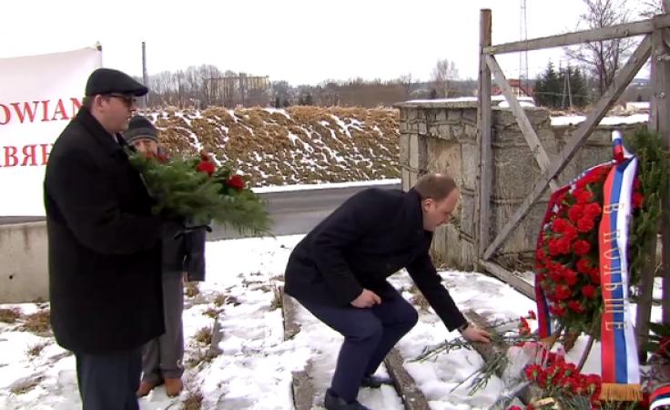 """Rosyjska delegacja pod """"pomnikiem widmo"""". Uczciła pamięć generała"""