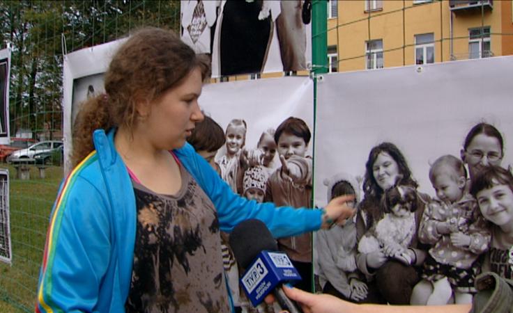 Portrety mieszkańców zawisły na płocie boiska na Os. Leśnym