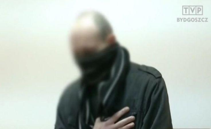 Oskarżony przyszedł do sądu, zakrywając twarz szalikiem